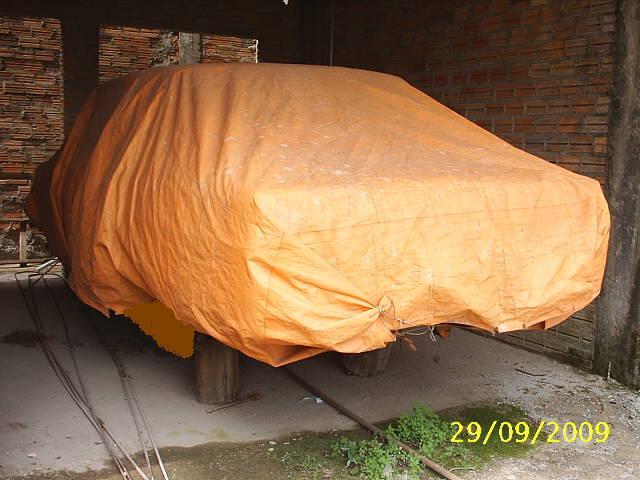 s2010041 Que carro se esconde por debaixo da lona?